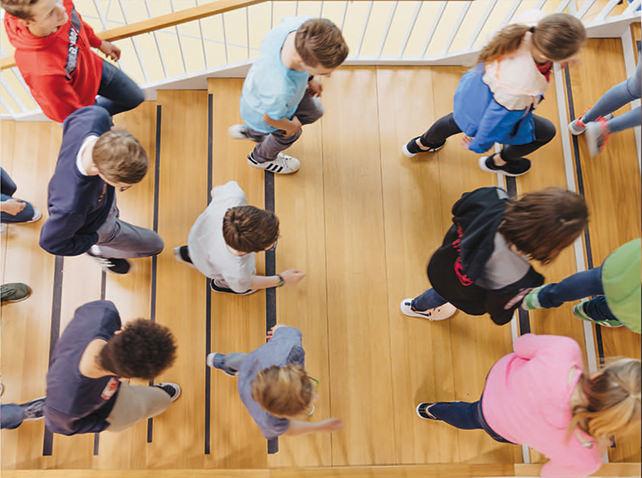 Schülergruppen laufen durch das Gymnasium Ergolding